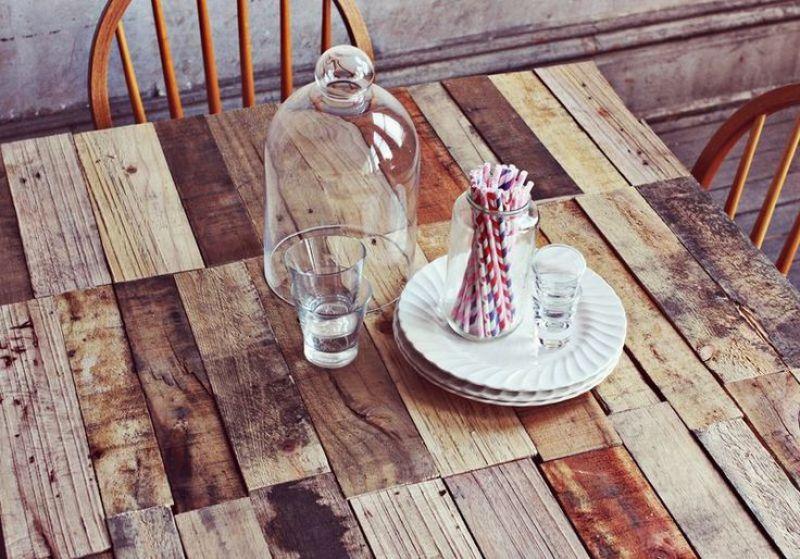"""mesa con palets, visto en """"I am a Mess Blog"""""""