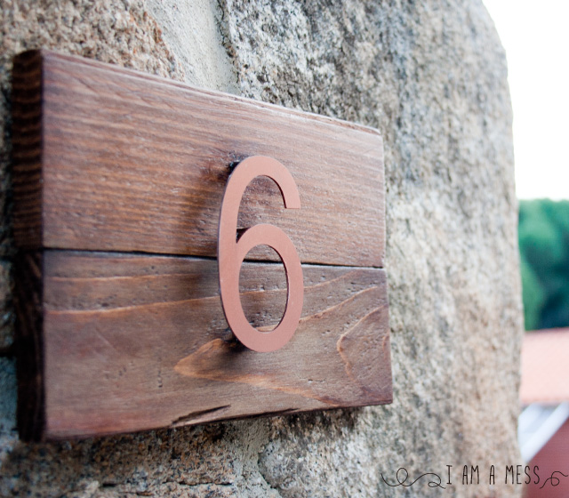 "DIY pallet house number by ""I am a Mess"""
